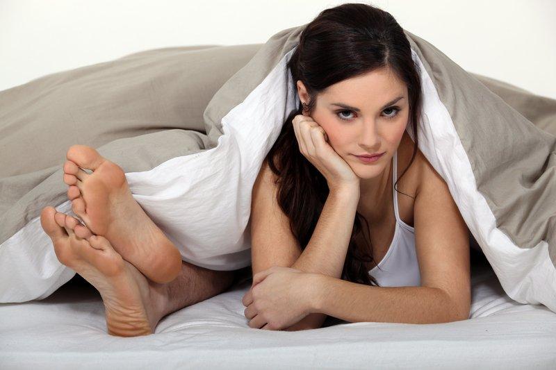 vrouw ergert zich aan snurkende man